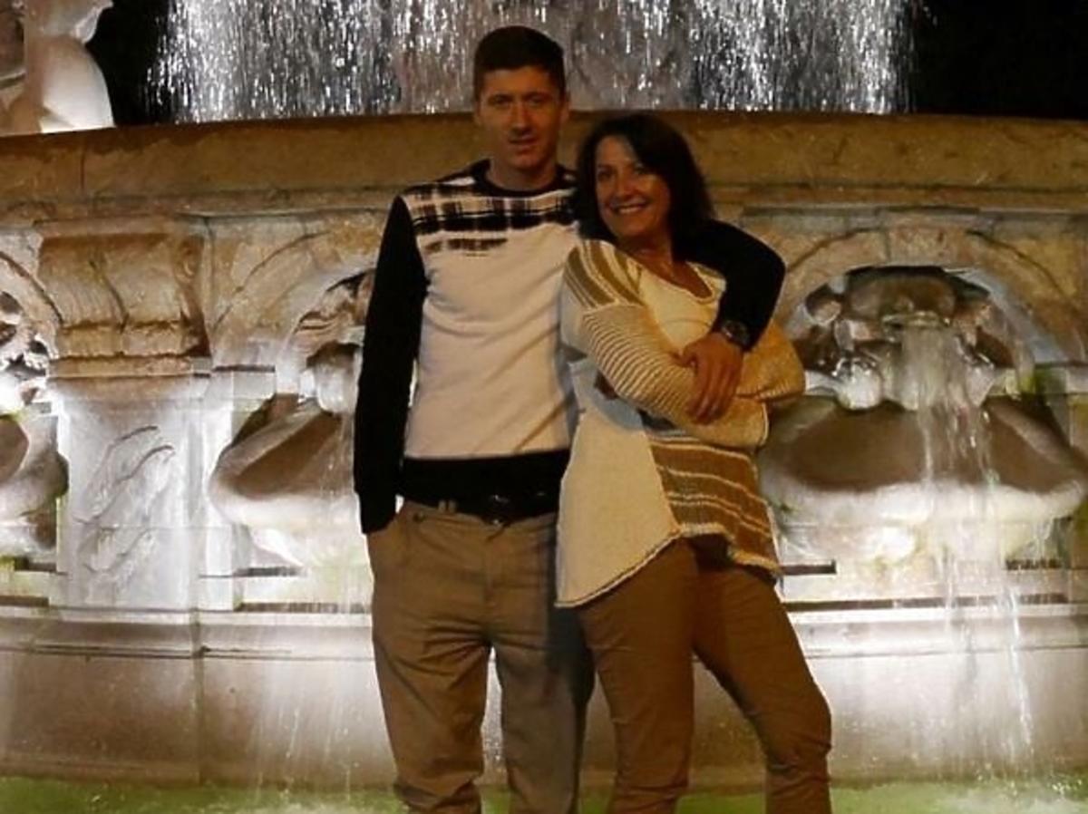 Robert Lewandowski z mama przy fontannie