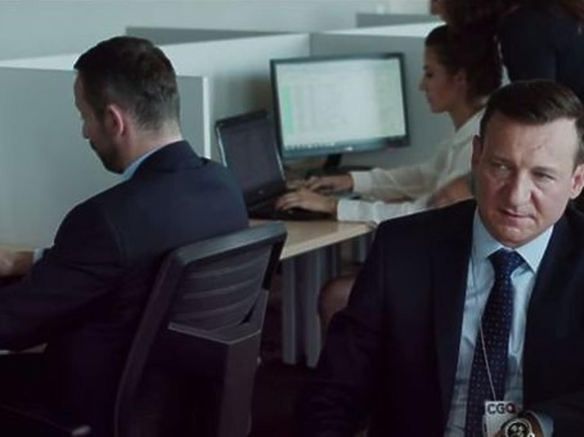 Robert Więckiewicz w biurze - kadr z filmu Król życia