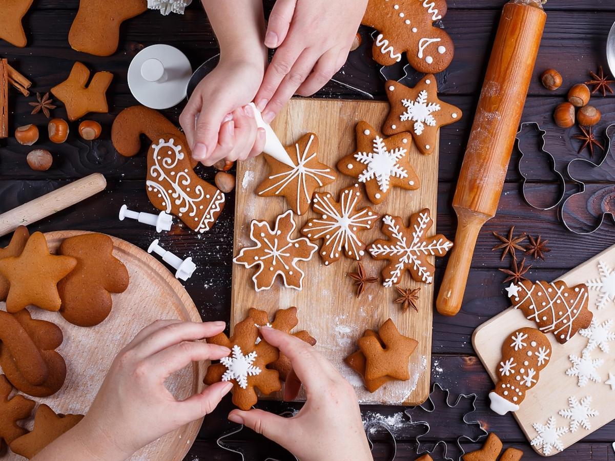 Robienie i dekorowanie świątecznych pierniczków.