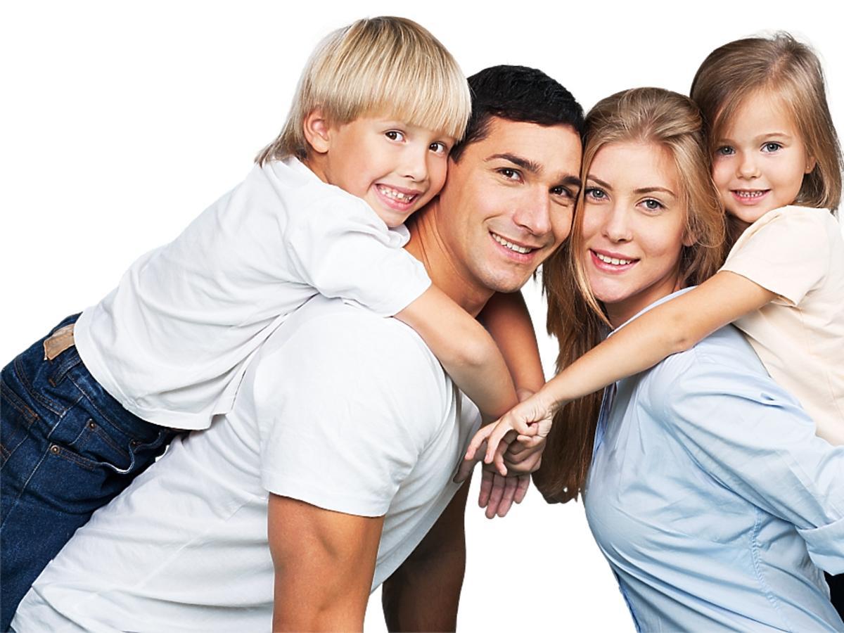 rodzice z dwójką dzieci