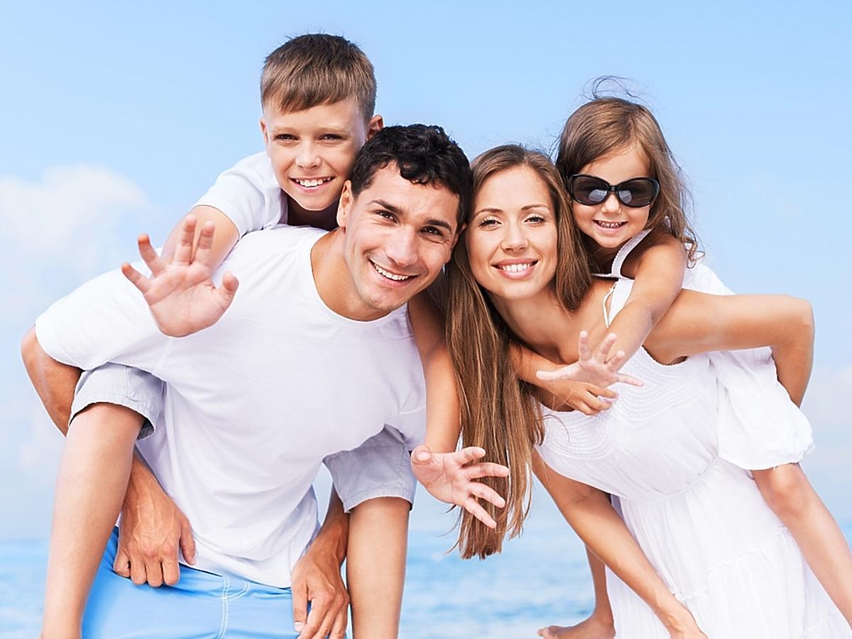 rodzice z dziećmi na wakacjach