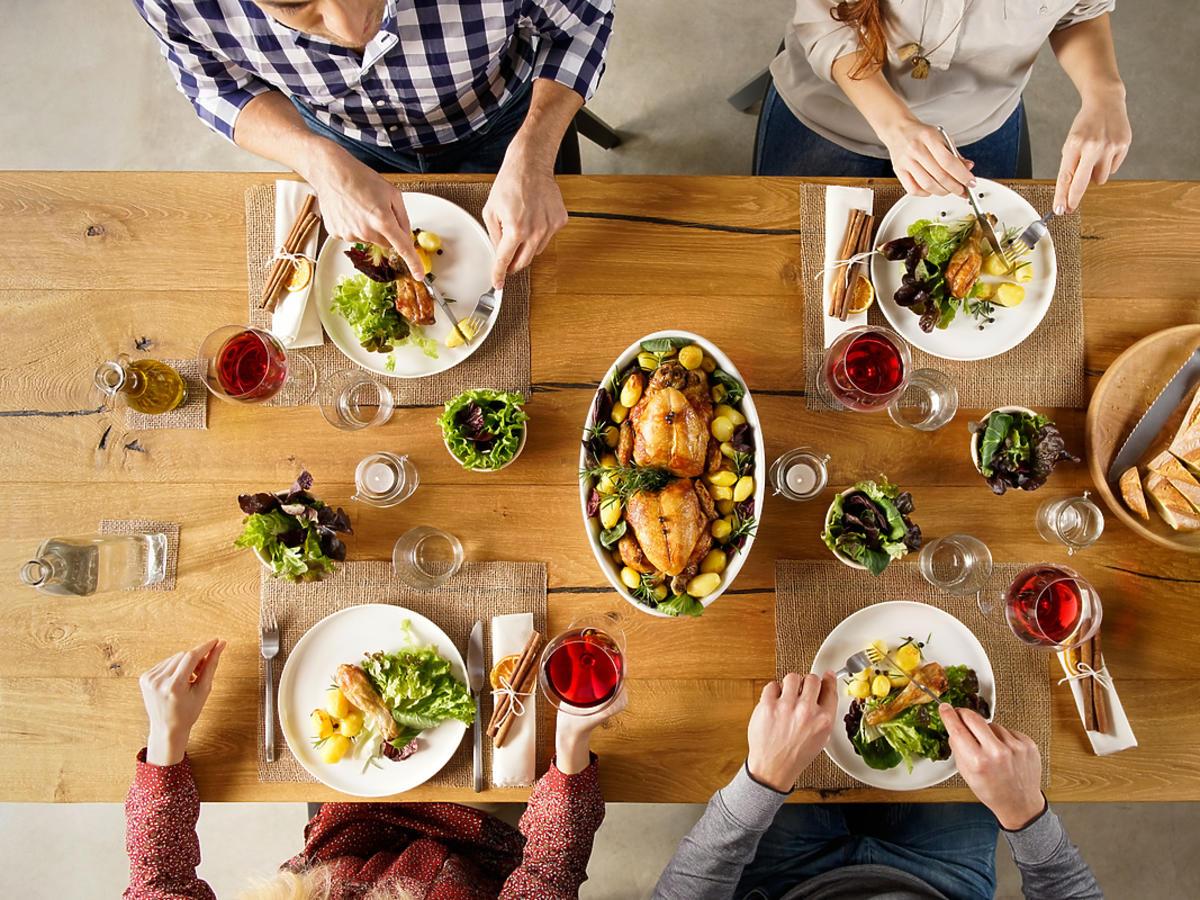 Rodzina je wspólnie obiad przy jednym stole.