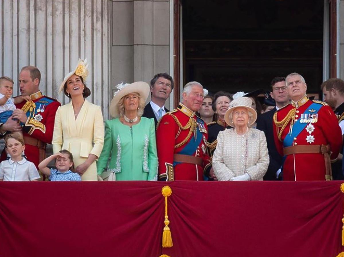 Rodzina królewska na balkonie pałacu