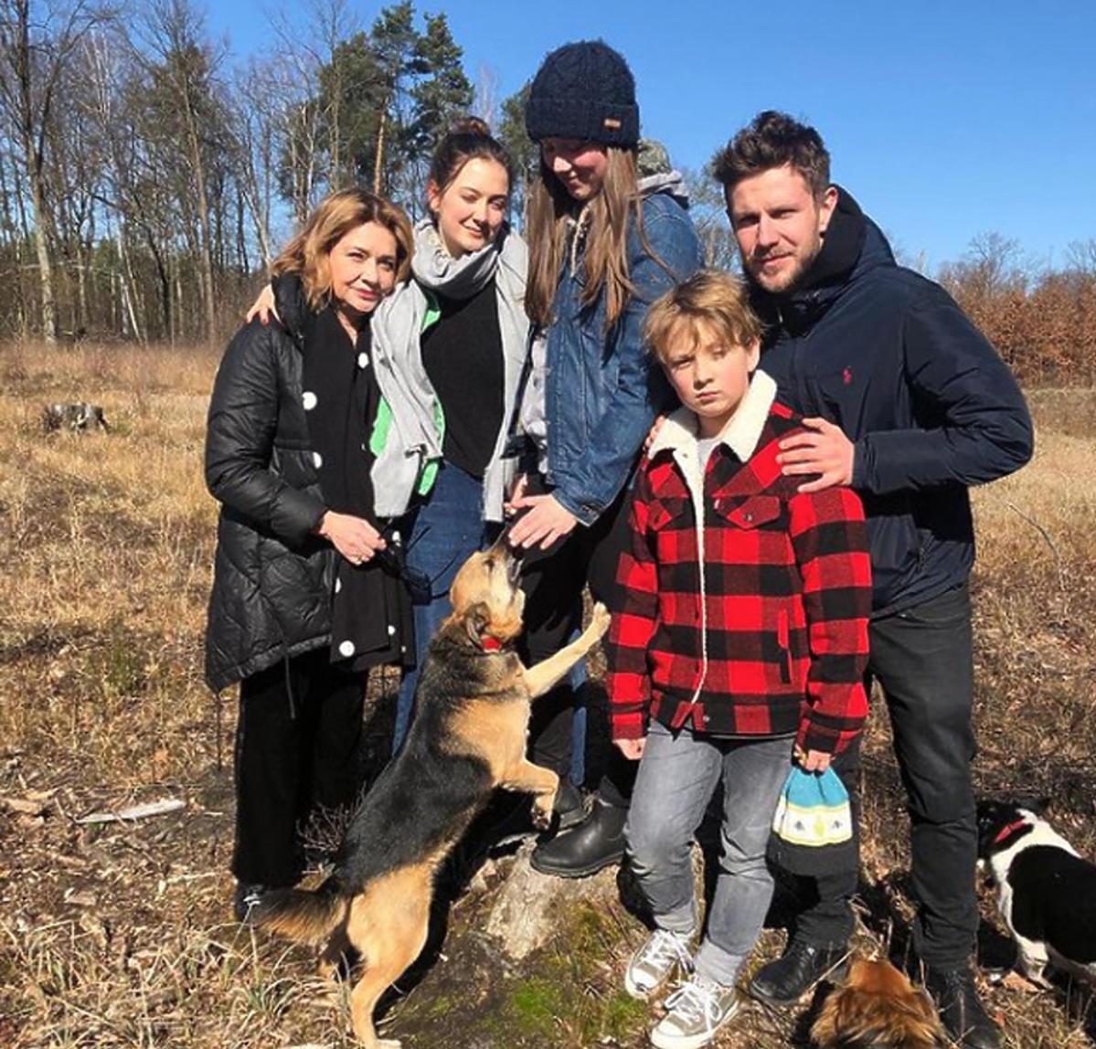Rodzina Królikowskich na spacerze