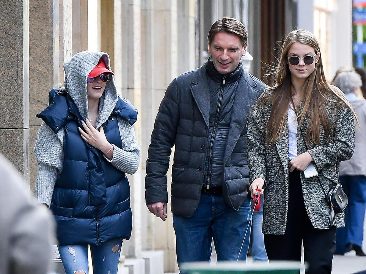 Rodzina Lisów na spacerze