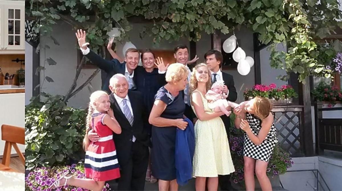 Rodzina Mostowiaków przed domem w odświętnych strojach