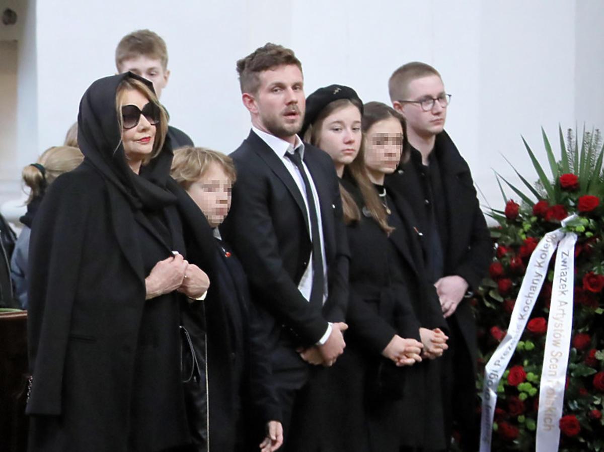Rodzina na pogrzebie Pawła Królikowskiego