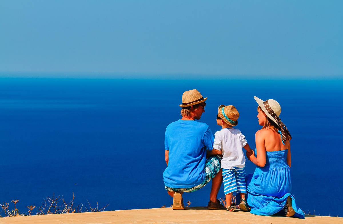 Rodzina: ojciec, matka i syn oglądają widoki w Grecji