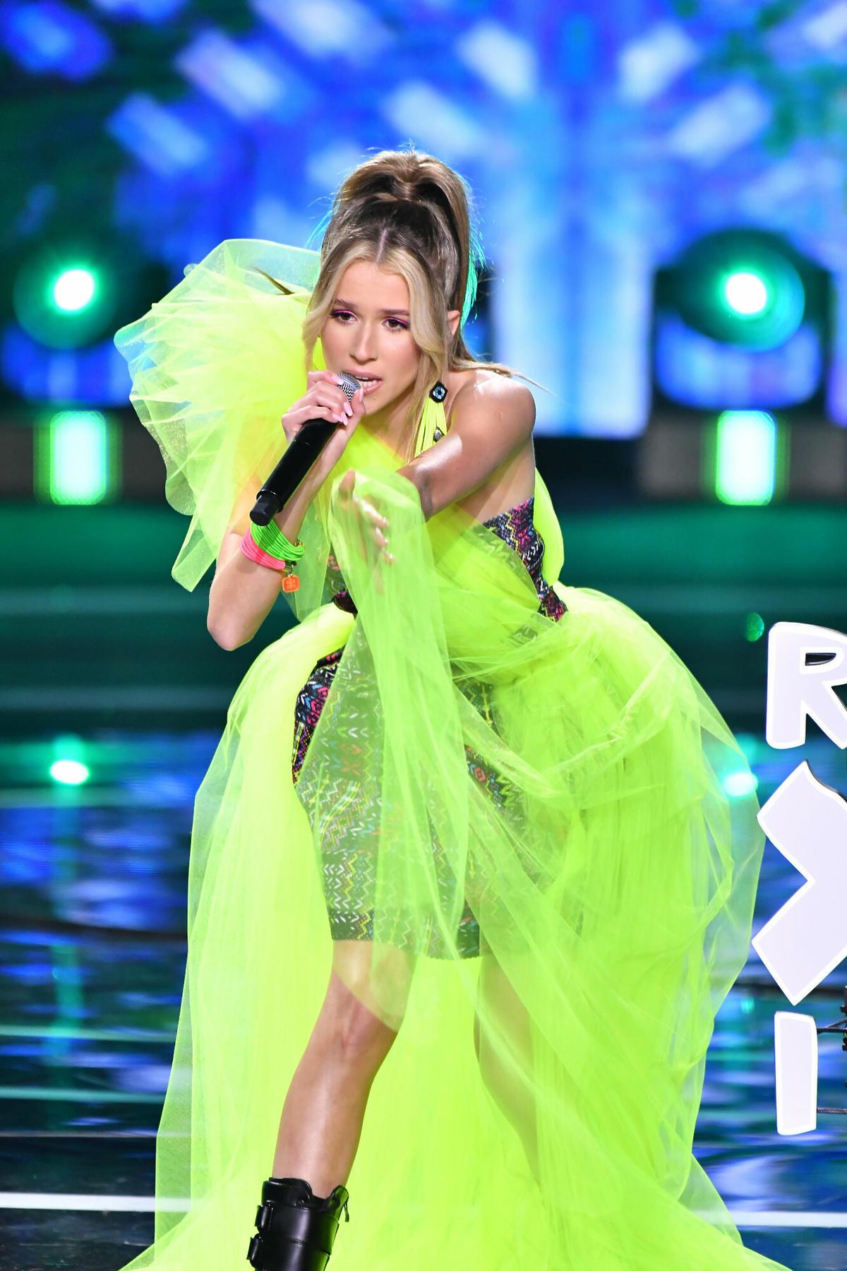 Roksana Węgiel w neonowej sukience