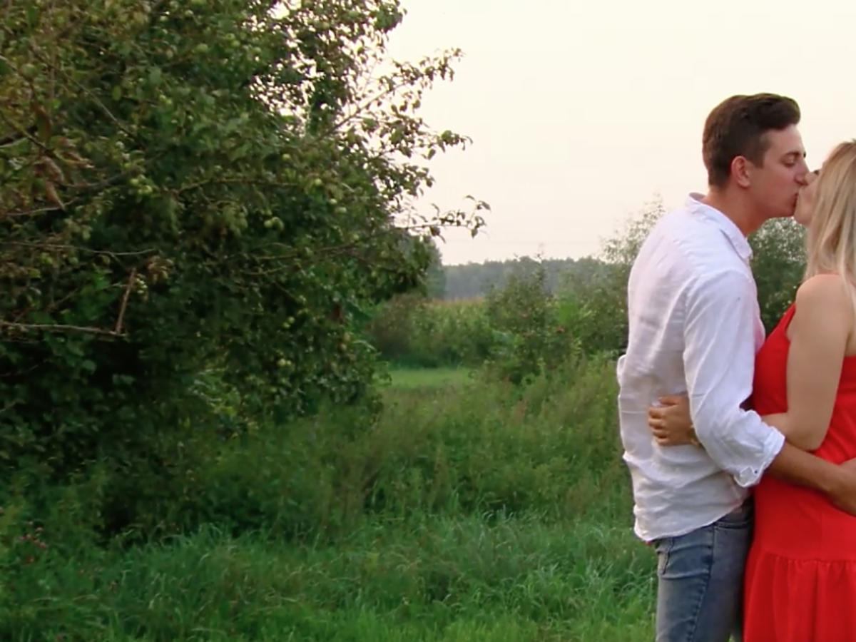Rolnik szuka żony - Małgosia i Paweł całują się na planie show