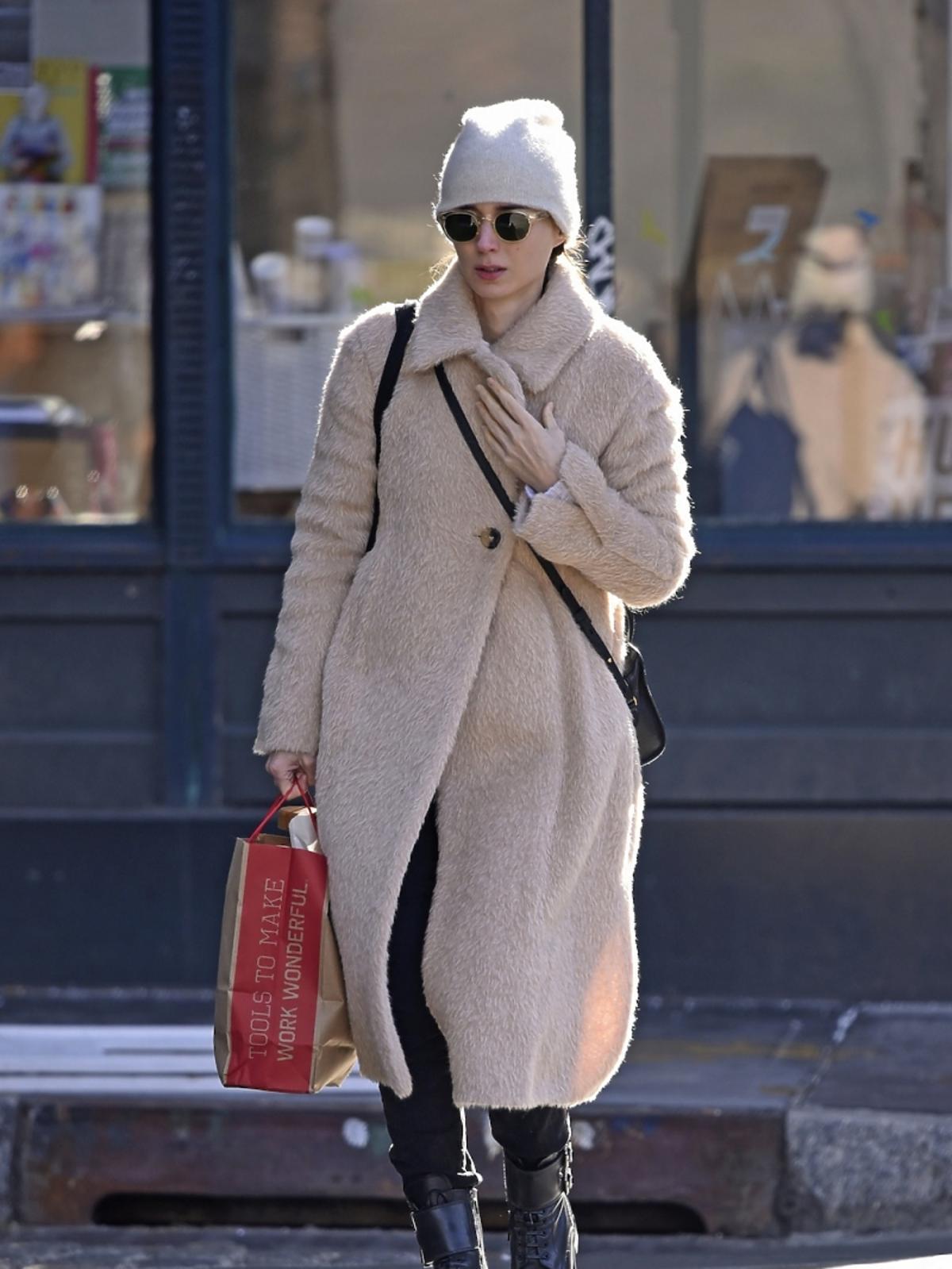 Rooney Mara w jasnym futrzanym płaszczu i białej czapce
