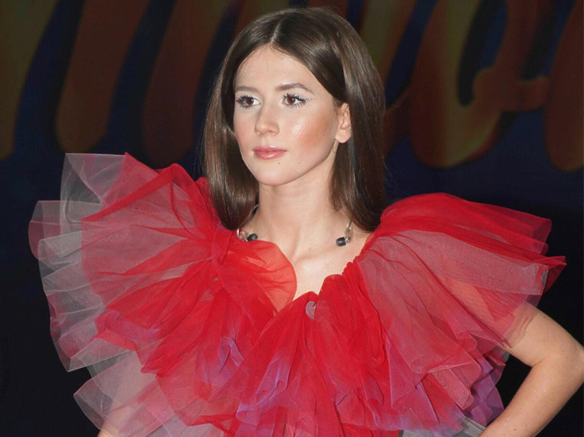Roxie Węgiel w czerwonej sukience z tiulu