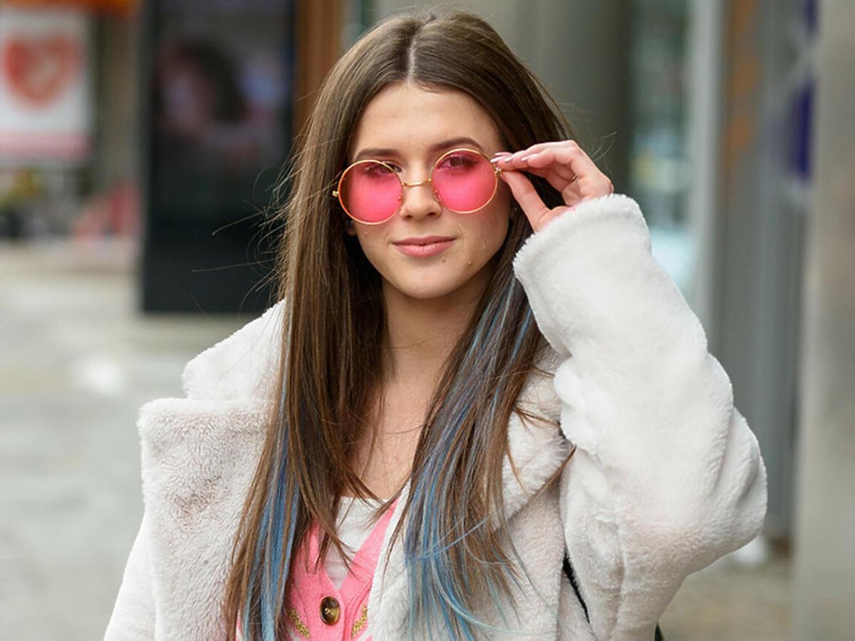 Roxie Węgiel w różowych okularach i niebieskich pasemkach