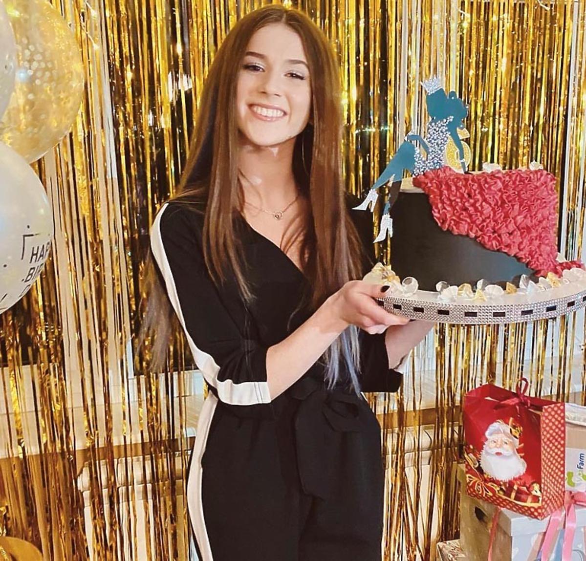 Roxie Węgiel z tortem