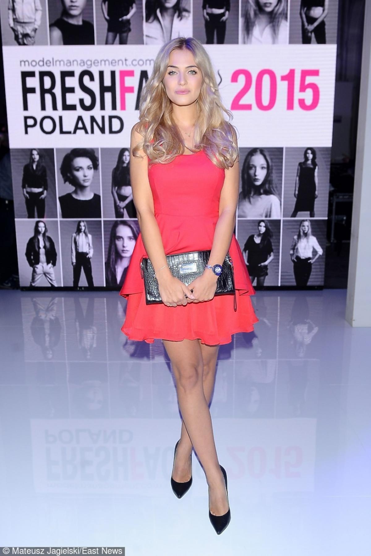 Rozalia Mancewicz w różowej sukience
