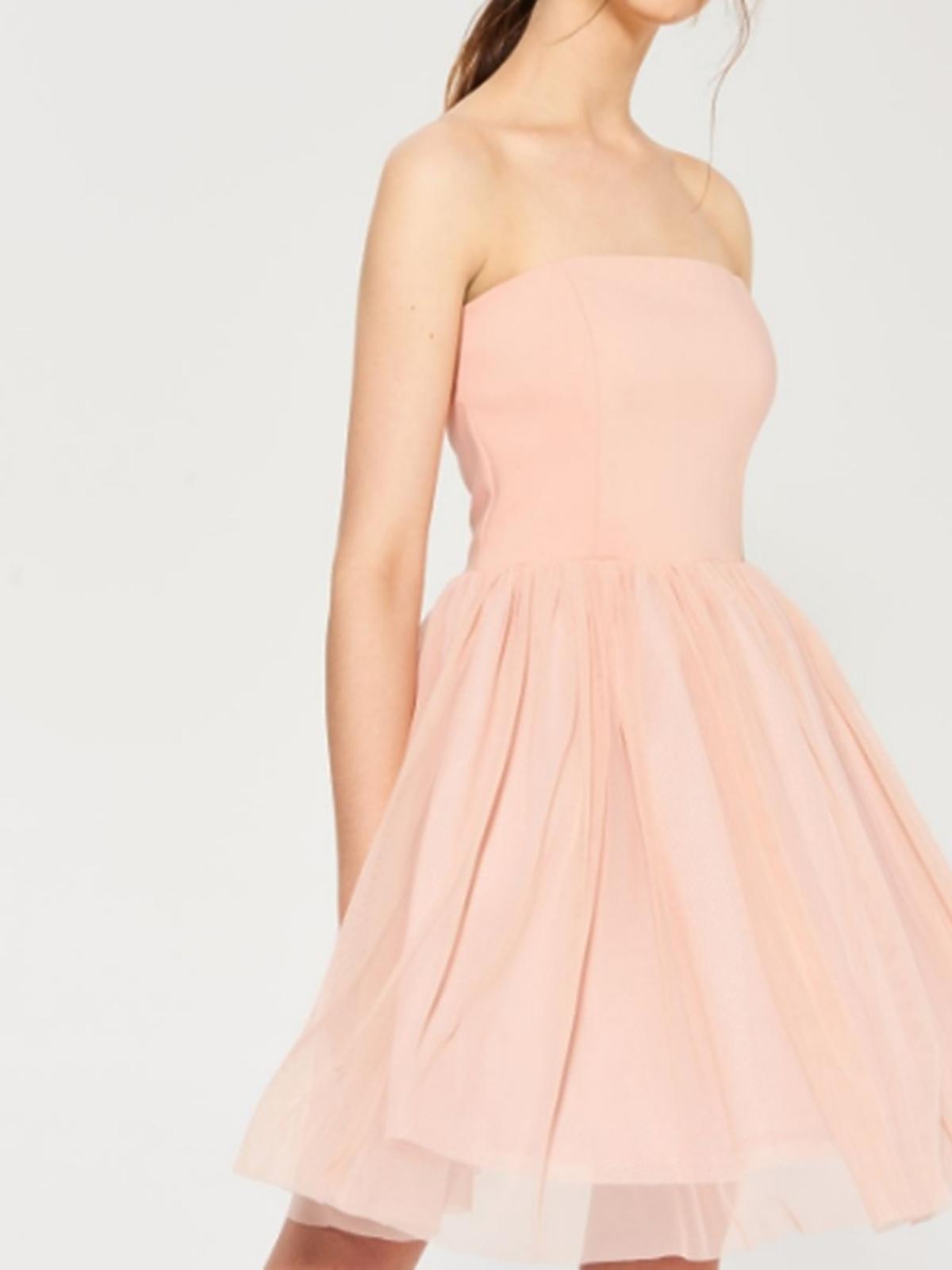 Rozkloszowana sukienka w kolorze nude, Sinsay, 59,99 zł (ze 129,99 zł)
