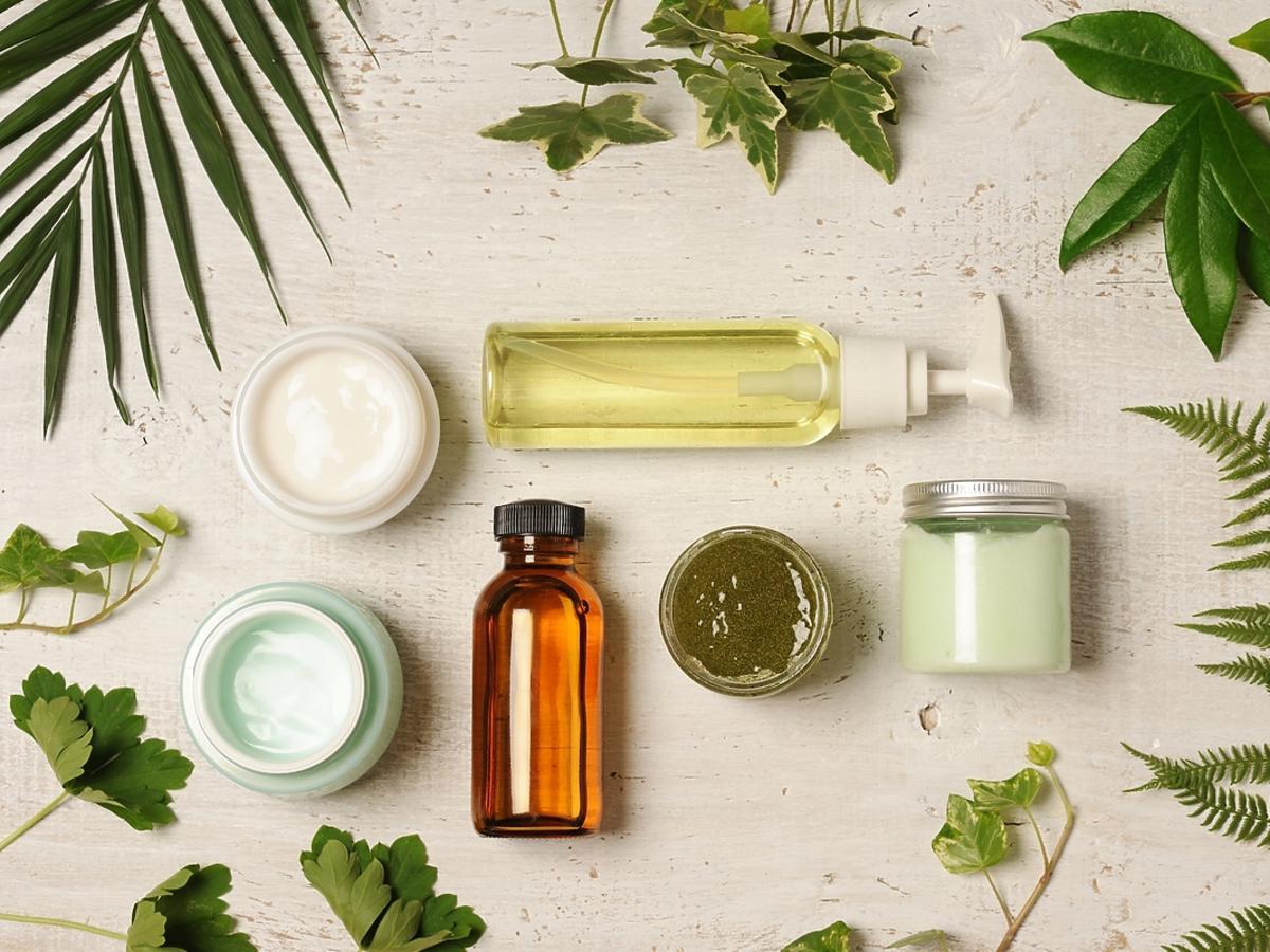 Różne opakowania na naturalne kosmetyki