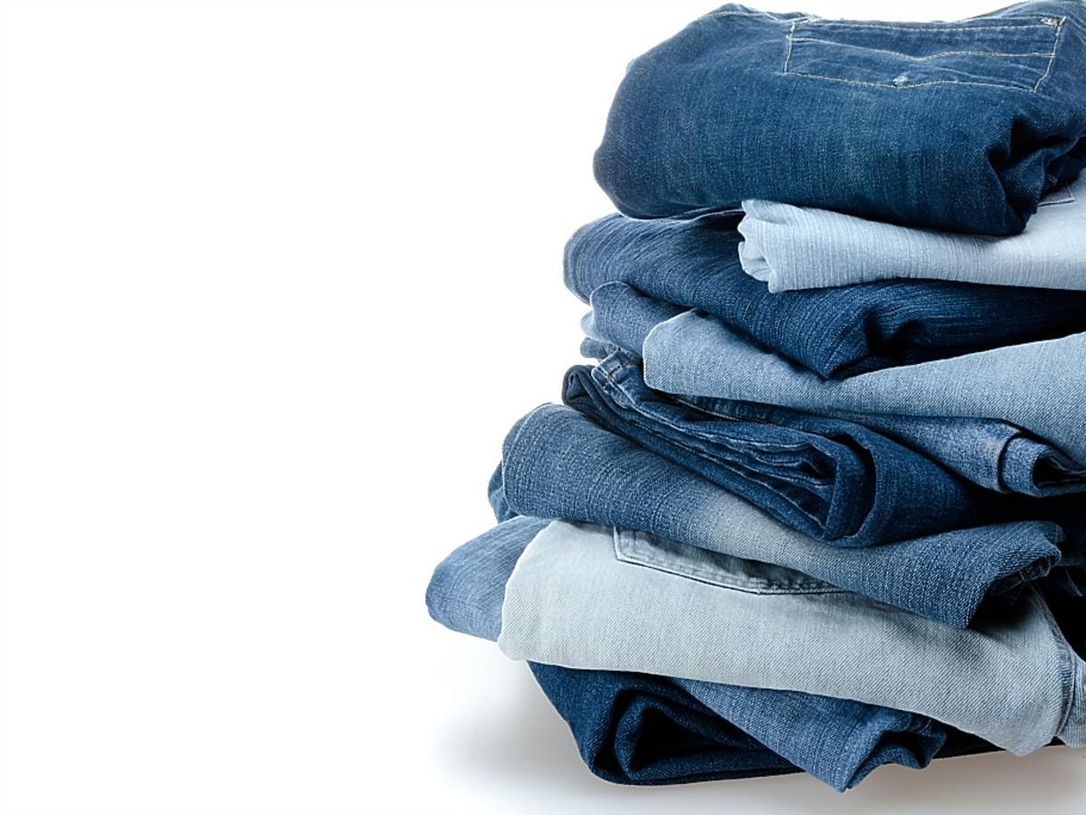 Różnokolorowe jeansy ułożone w kupkę