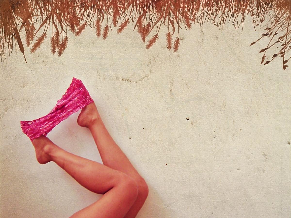 różowe majtki na stopach kobiety