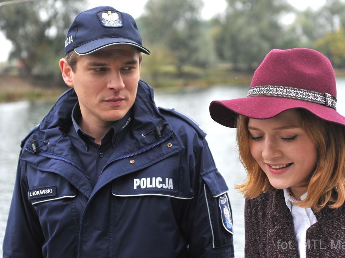 Ruda dziewczyna w bordowym kapeluszu
