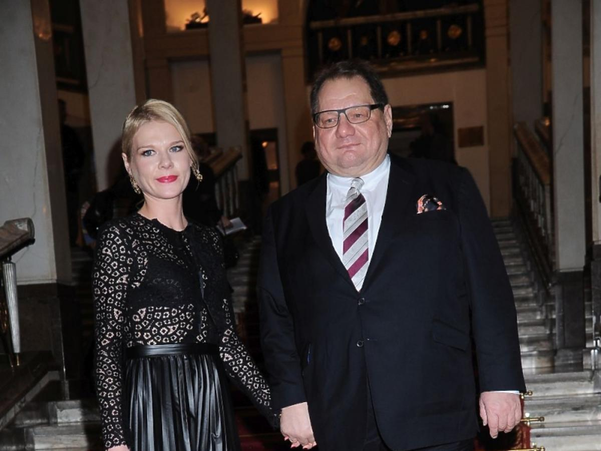 Ryszard Kalisz z żoną Dominiką w czarnej sukience na schodach