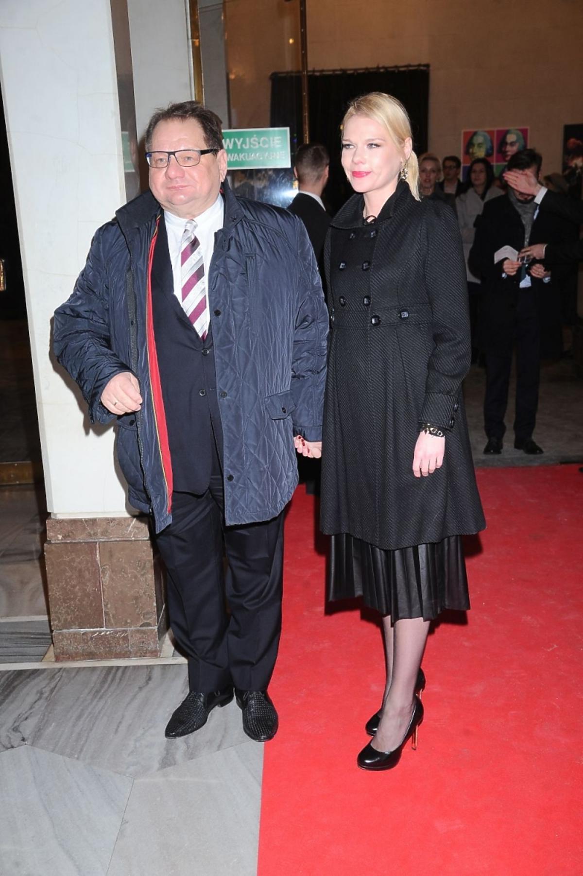 Ryszard Kalisz z żoną Dominiką w czarnym płaszczu na czerwonym dywanie