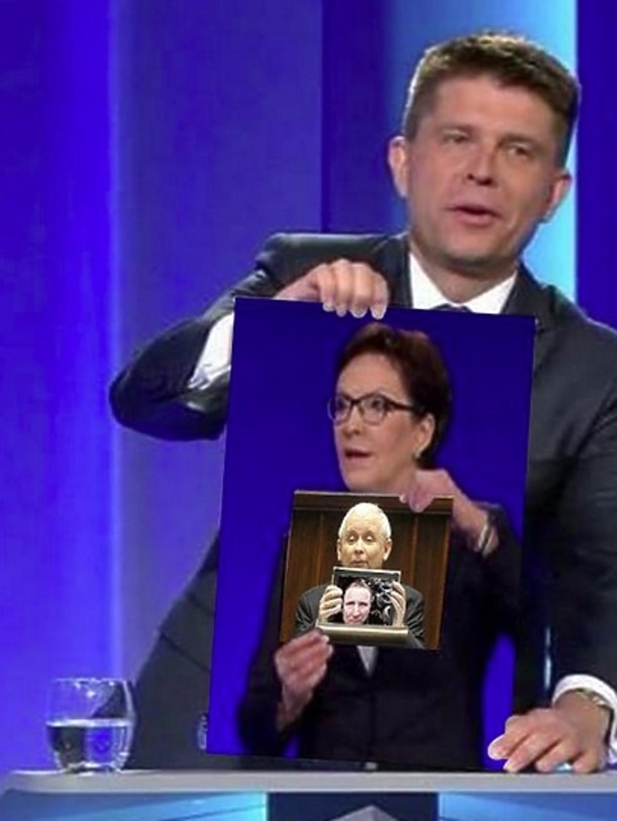 Ryszard Petru pokazuje plakat z Ewą Kopacz