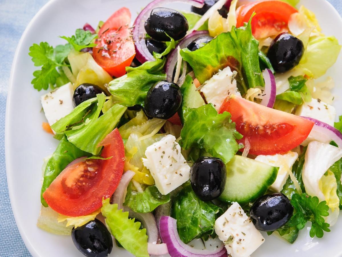 sałatka grecka na talerzu