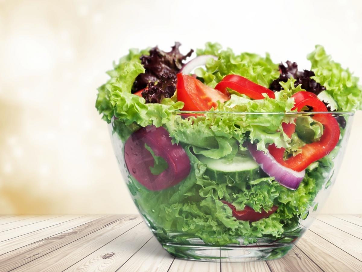 Sałatka warzywna w salaterce
