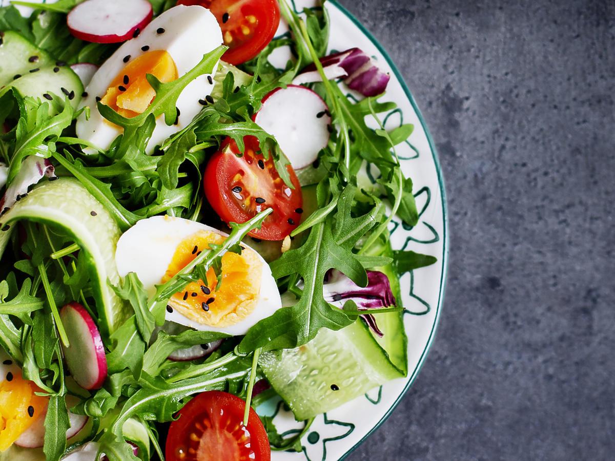 sałatka z jajkiem i świeżymi warzywami