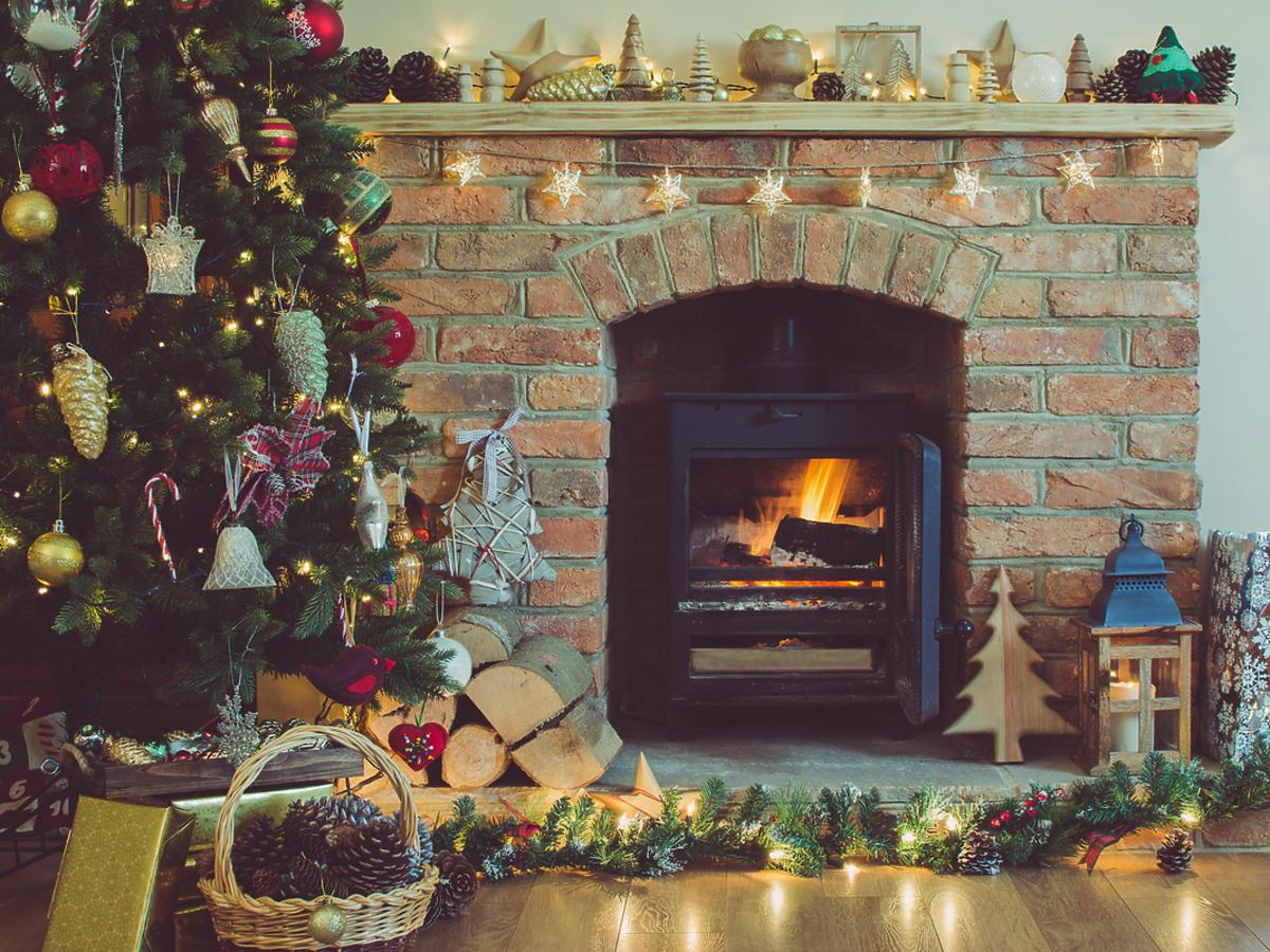 Salon udekorowany choinką i ozdobami świątecznymi.