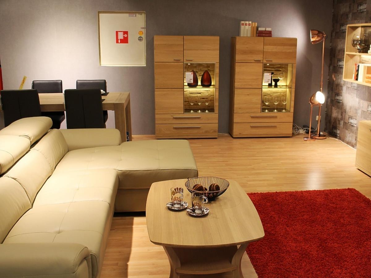 Salon z beżowymi ścianami