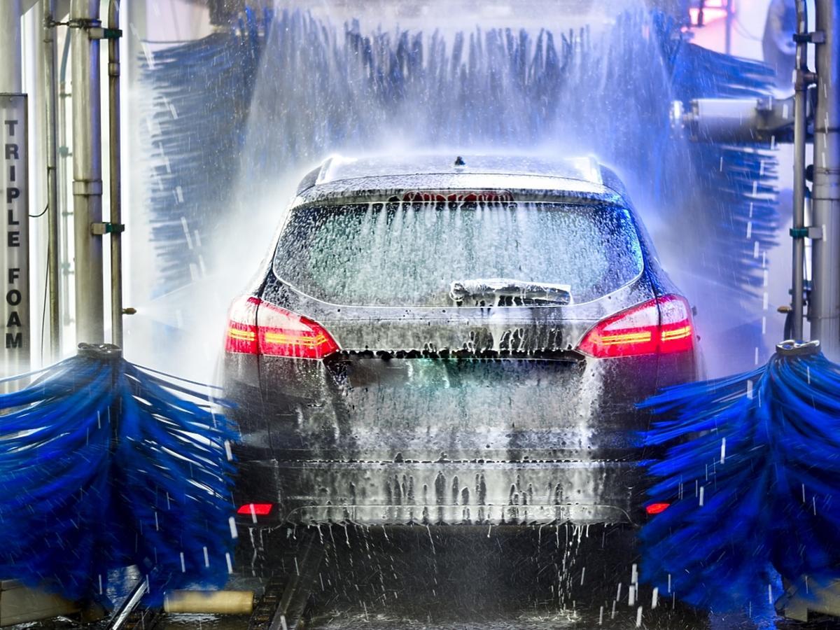 samochód czyszczony w myjni automatycznej