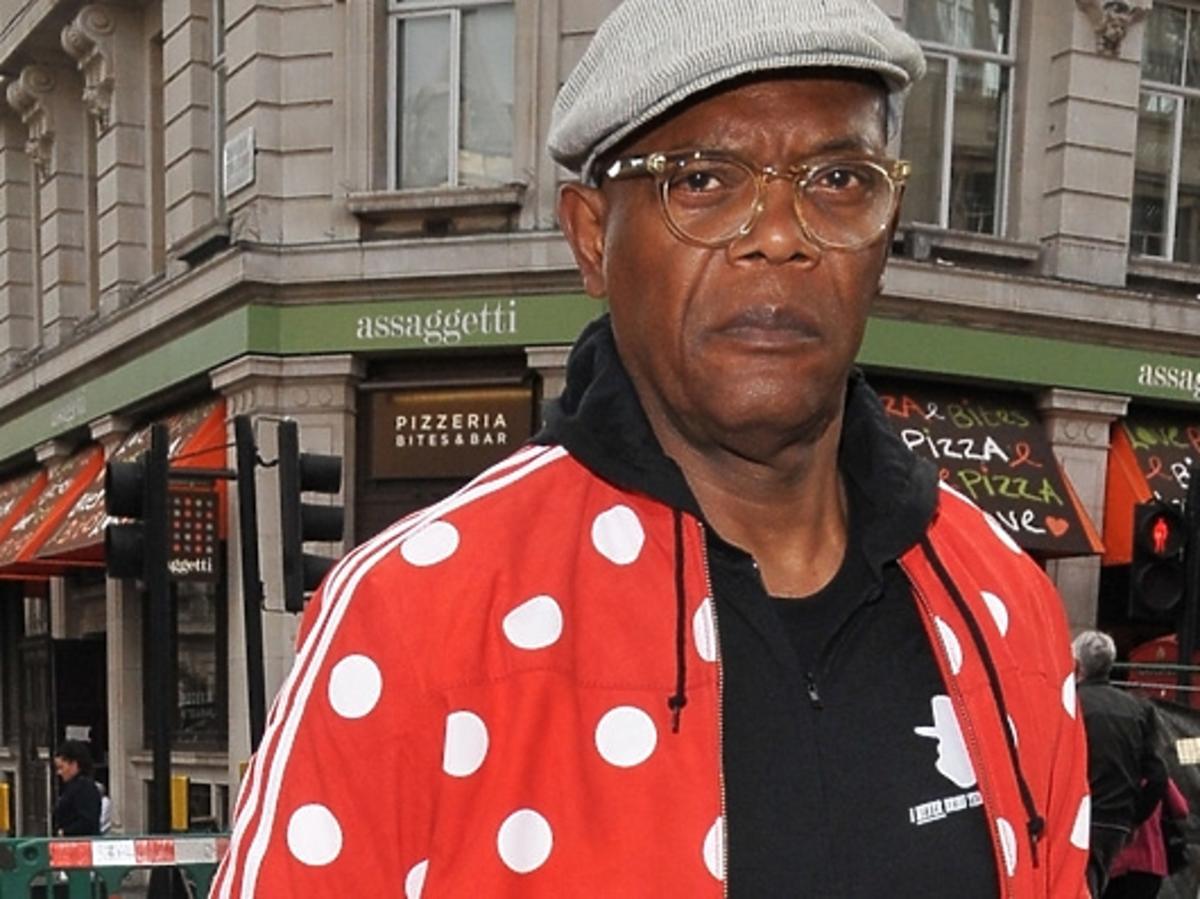 Samuel L. Jackson w czerwonej kurtce w grochy