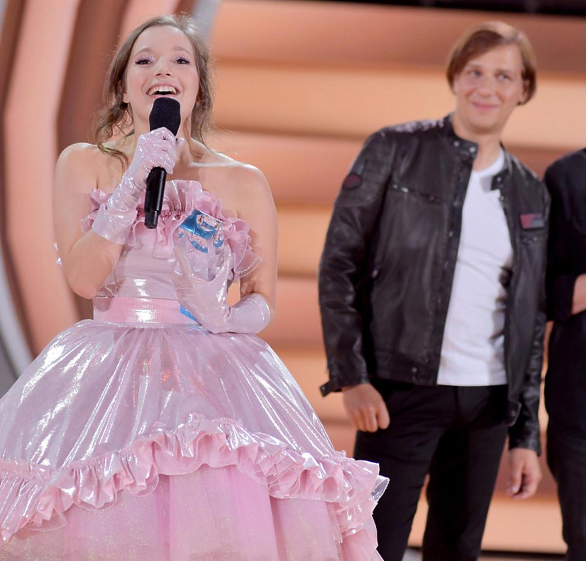 Sanah w różowej sukience