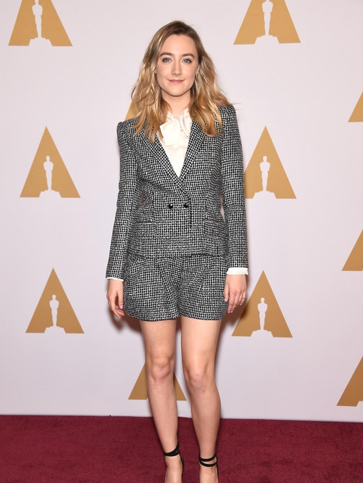 Saoirse Ronan w czarno-białym twedowym garniturze z szortami