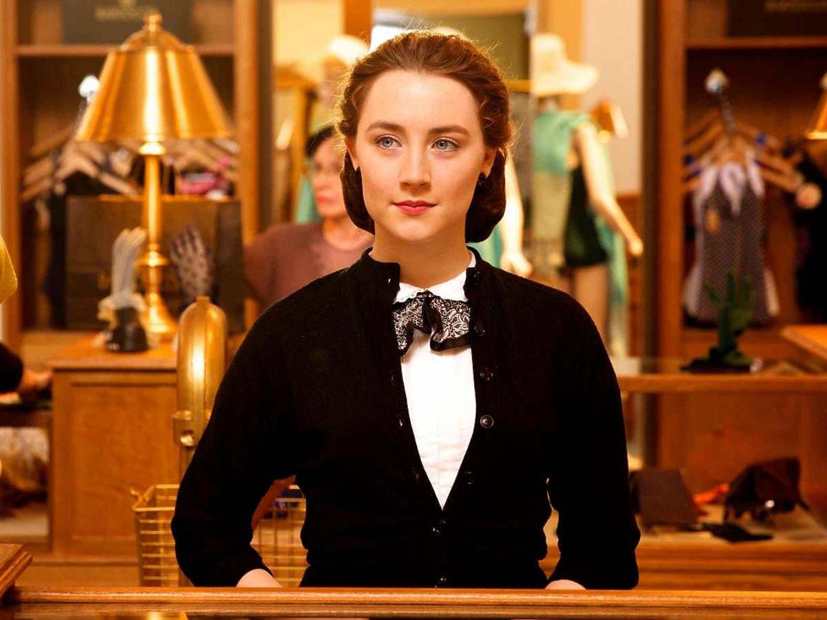 Saoirse Ronan za ladą sklepu