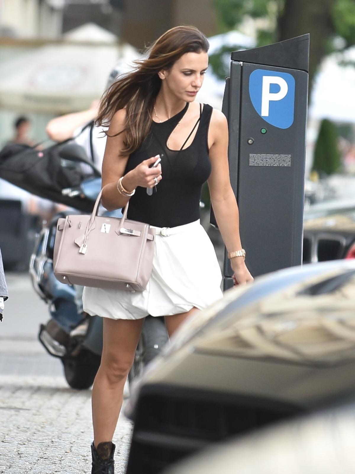 Sara Boruc w białej spódnicy