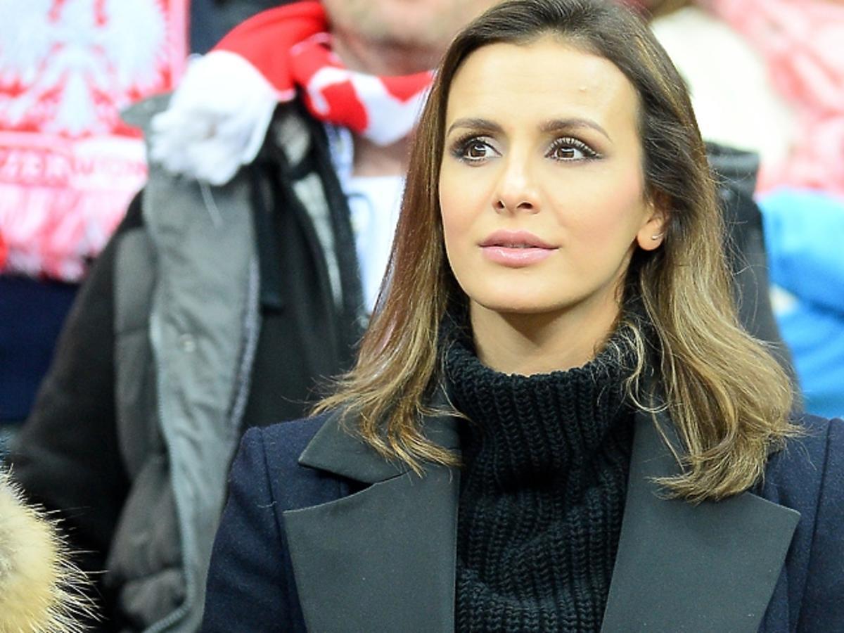 Sara Boruc w czarnym płaszczu