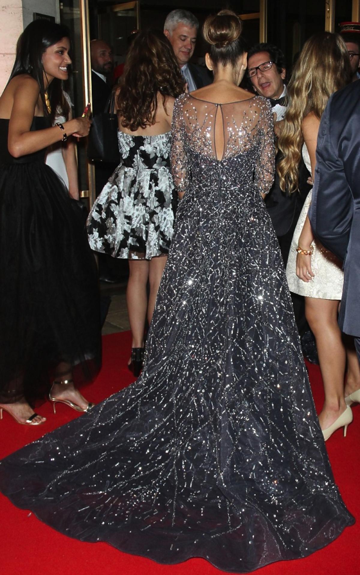 Sarah Jessica Parker w srebrnej sukience z tyłu