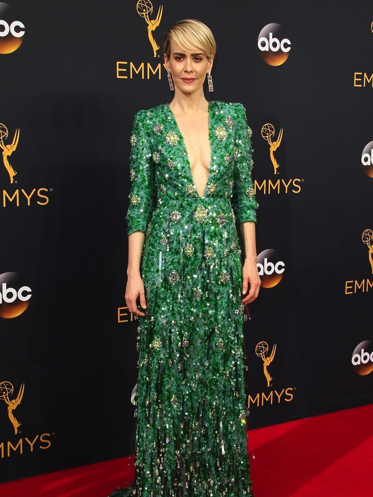 Sarah Paulson w zielonej sukni z dekoltem
