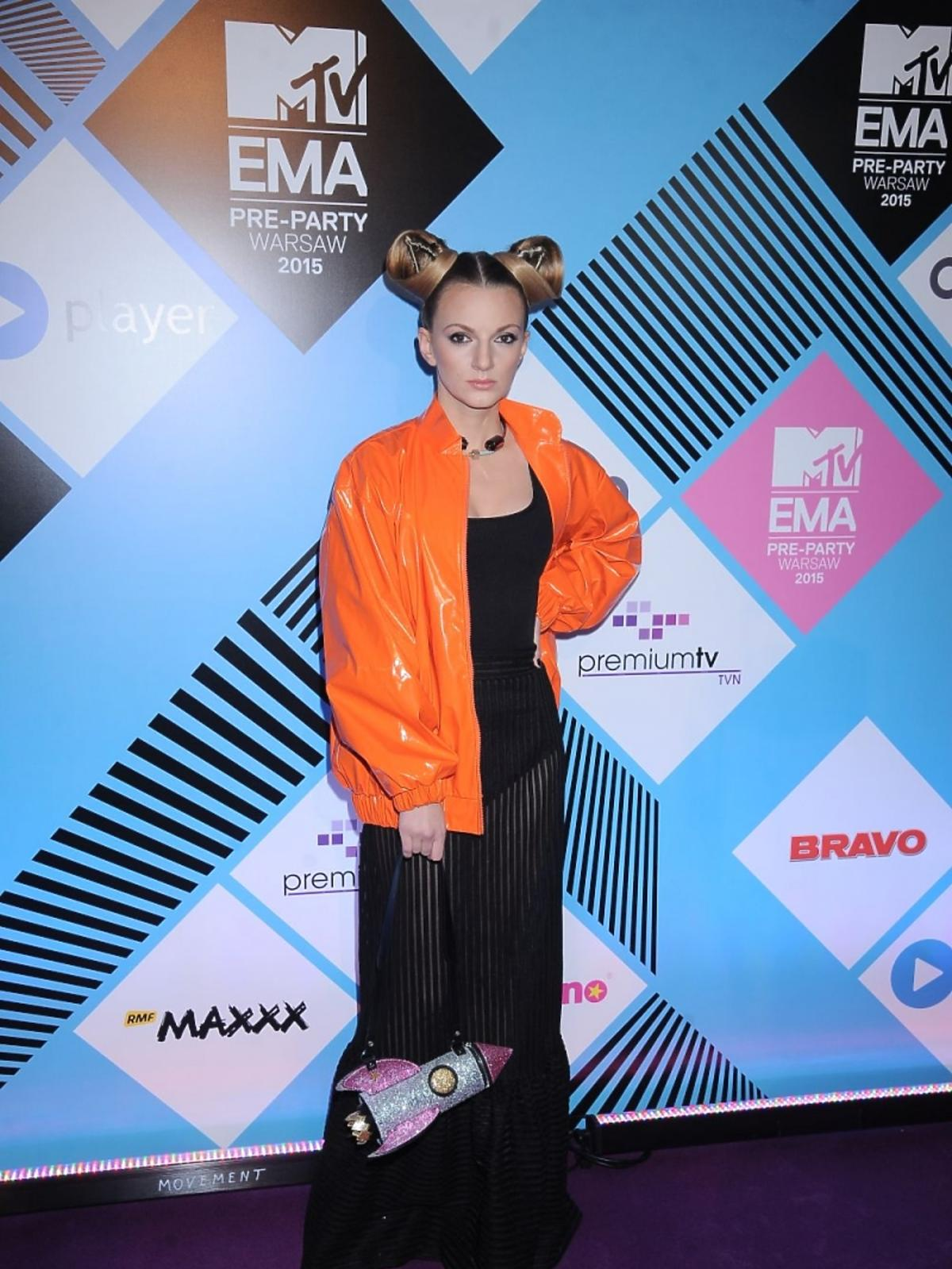 Sarsa w czarnej prześwitującej sukni na MTV EMA 2015
