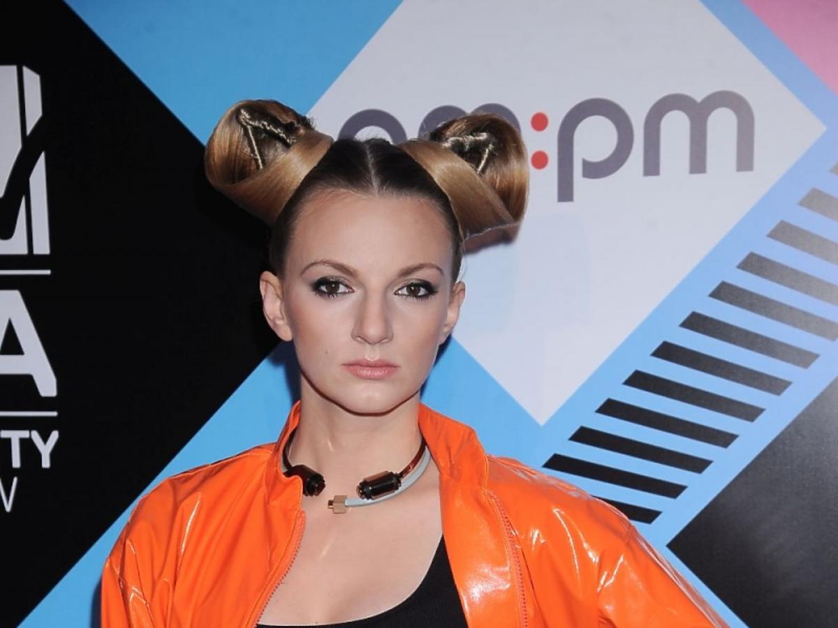 Sarsa w pomarańczowej kurtce na MTV EMA 2015
