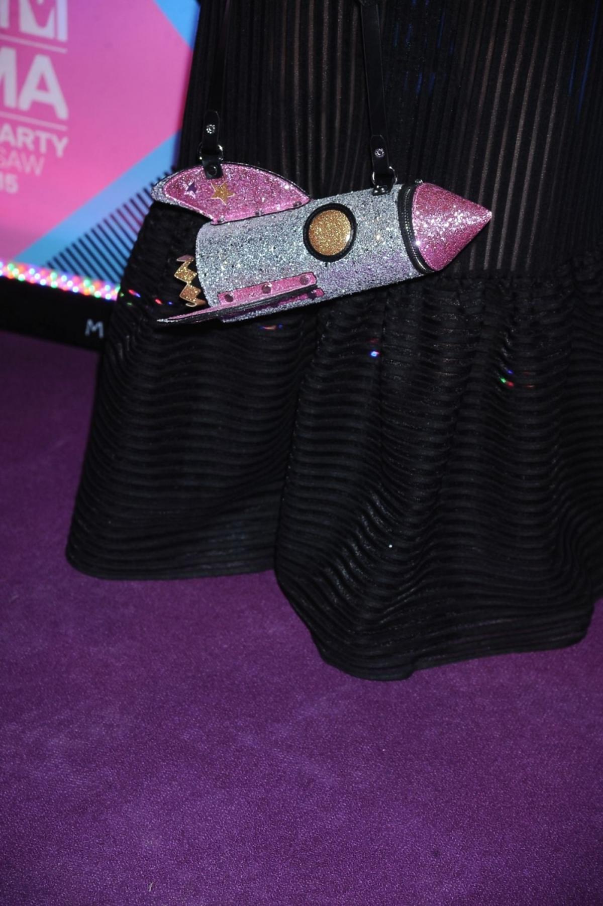 Sarsa z torebką w kształcie rakiety  MTV EMA 2015