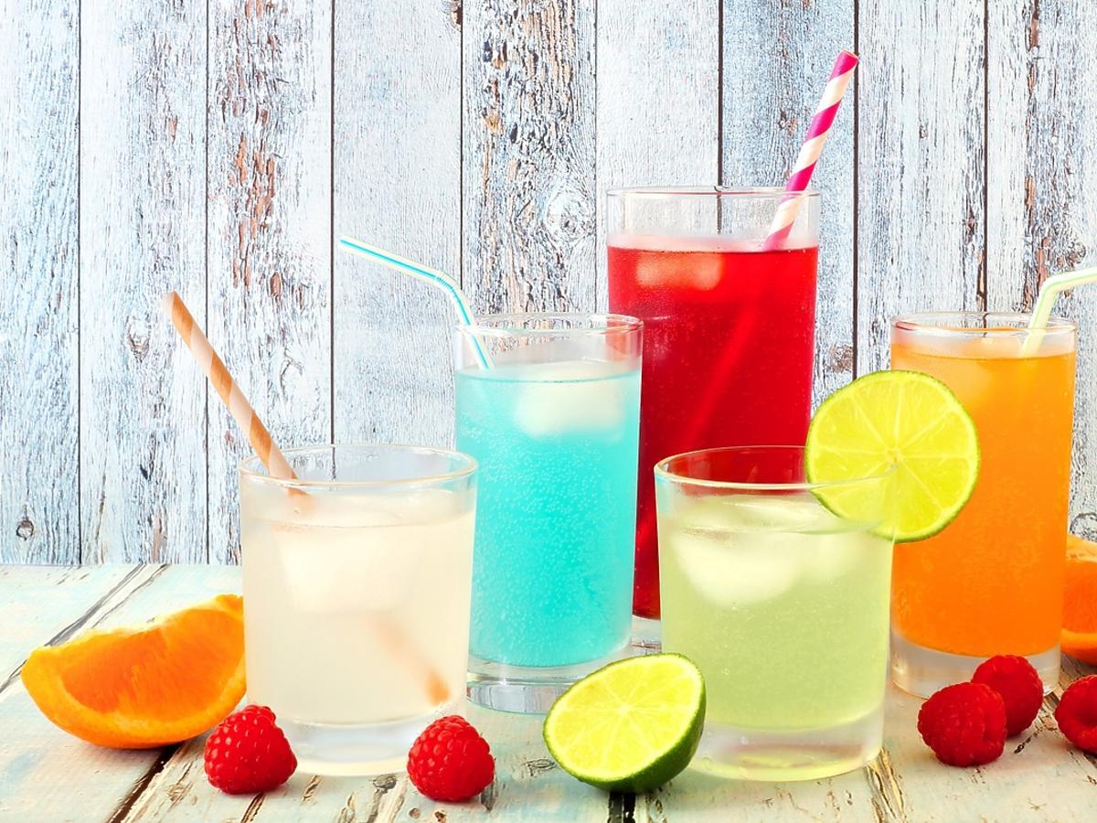 Schłodzone napoje na lato podane w wysokich szklankach.