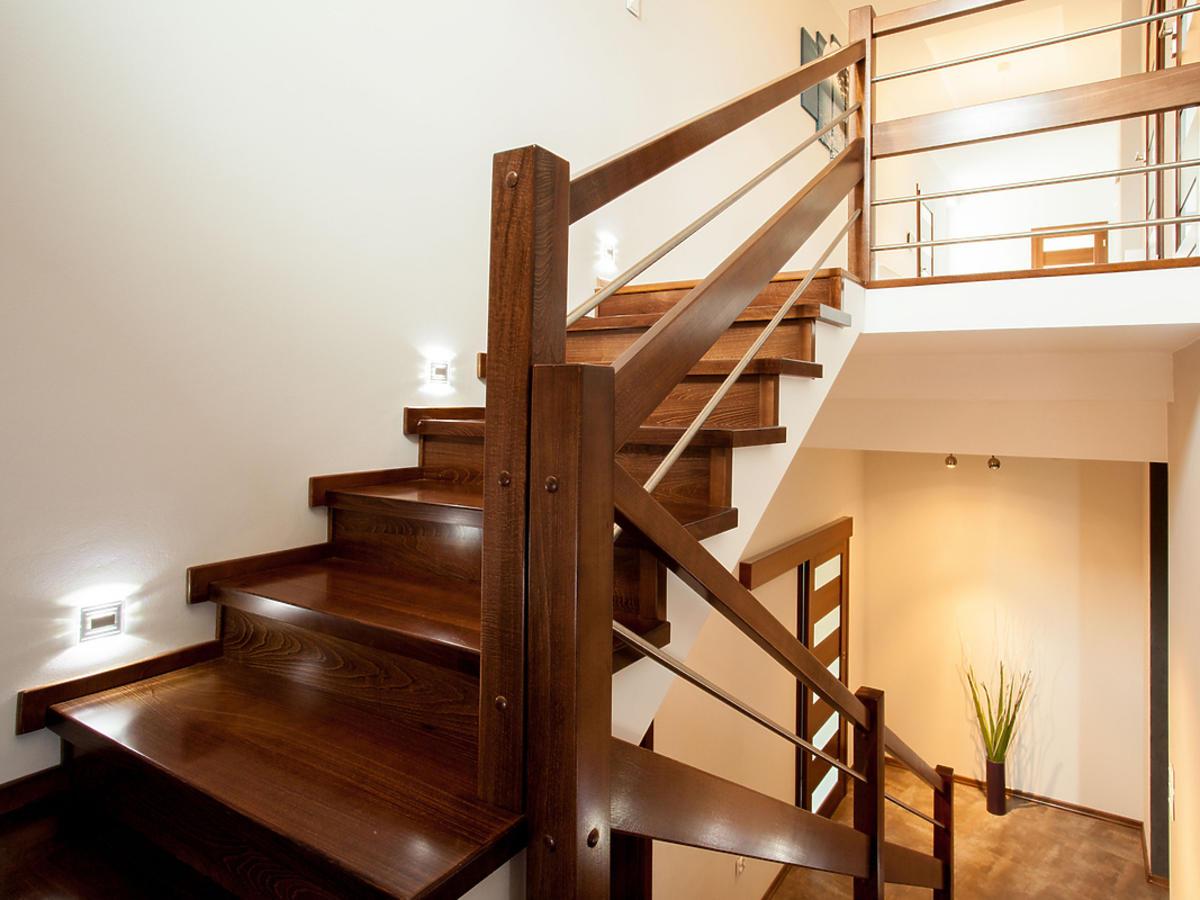schody oświetlone kinkietami