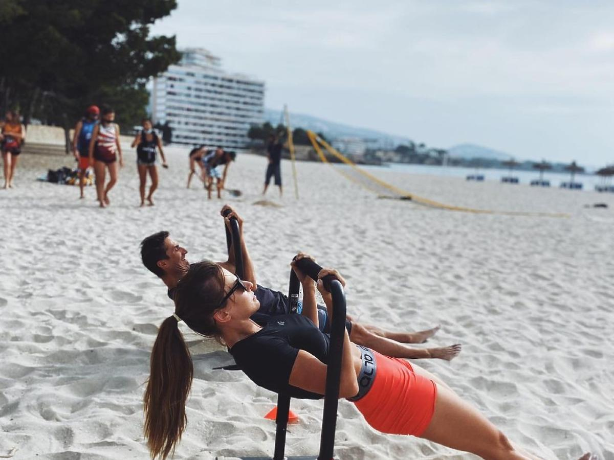 Sebastian Karpiel-Bułecka i Anna Lewandowska ćwiczą na plaży