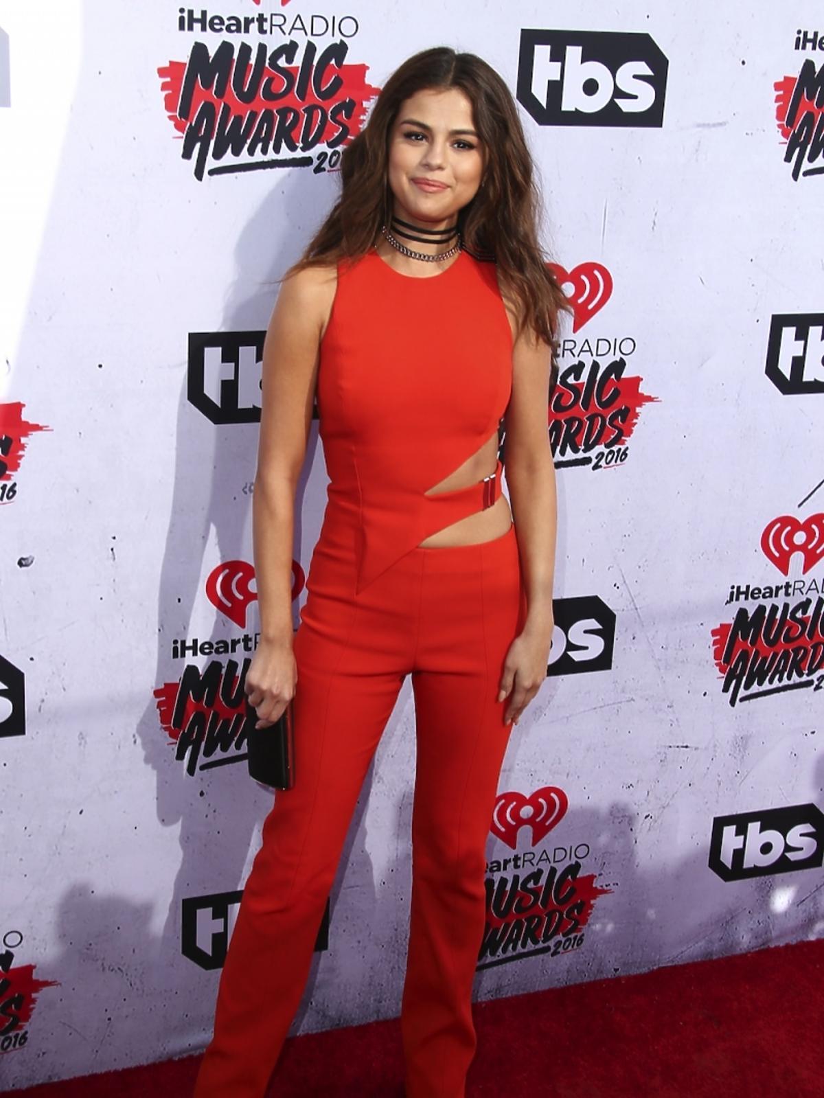Selena Gomez w czerwonym kombinezonie z wycięciami