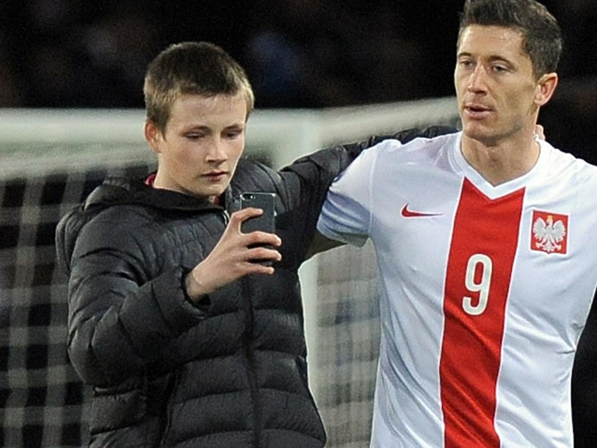 Selfie fana z Robertem Lewandowskim podczas meczu Polska Szkocja