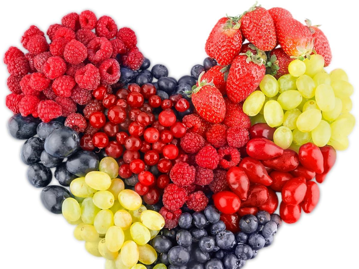 serce ułożone z owoców
